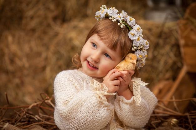 Младенец и птенец осеннего деревенского стиля натуральное сено общение с животными