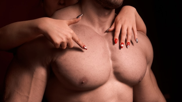 ひどく剃った筋肉男。大きな胸の筋肉。