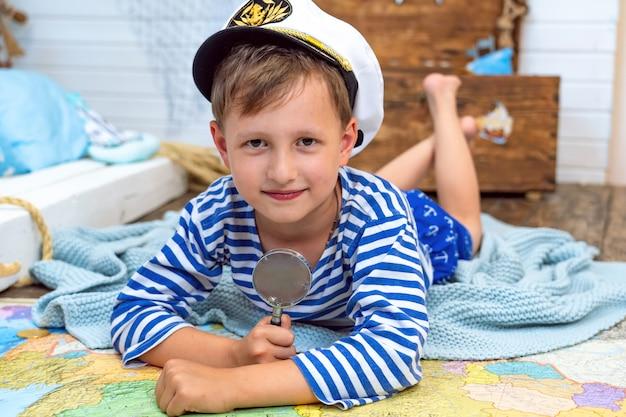 彼の部屋で遊んでいる船乗りのイメージの小さな男の子