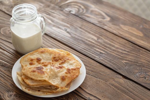 ミルクのマグカップと揚げたトウモロコシのトルティーヤのプレート