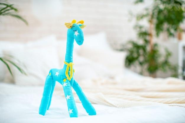 Милая игрушка в форме жирафа.