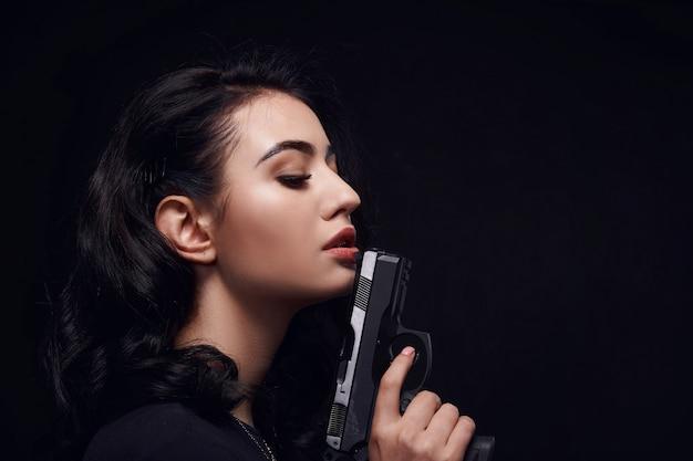 Красивая темноволосая девушка с пышными губами и объемными ресницами графит