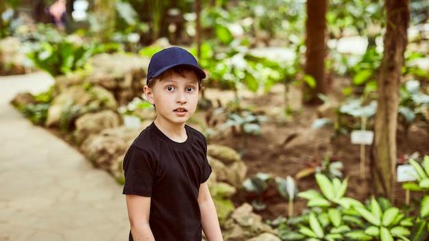 公園で屋外の夏の帽子の少年