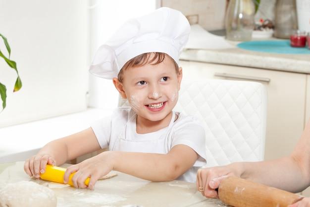 赤ちゃんは小麦粉で生地をこねます