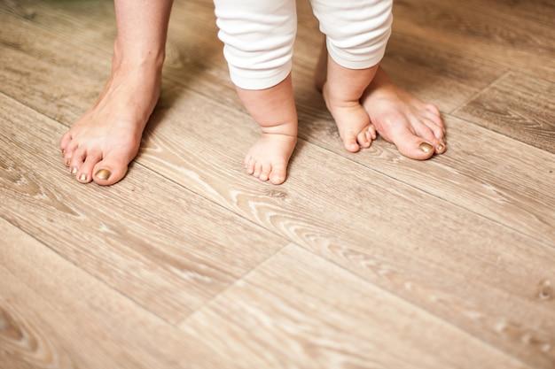 Ноги счастливая семья мама и малыш