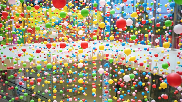 Гирлянда из пластиковых разноцветных шариков. дизайн интерьера, яркие бусы.