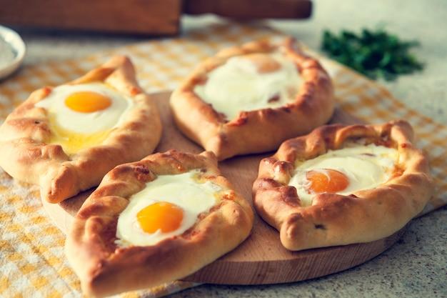 Хачапури в аджарии с яйцом. грузинская кухня.