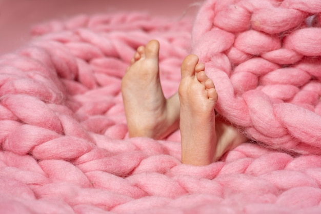 顕著な扁平足をもつ子供の足