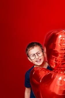 メガネで笑う少年