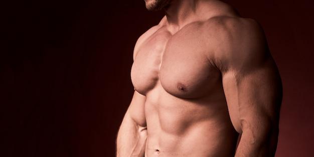 胸毛のない男性。筋肉の胸がポンプでくまれた男性