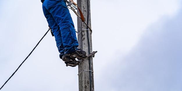 Электрик высотник производит монтаж электрических сетей