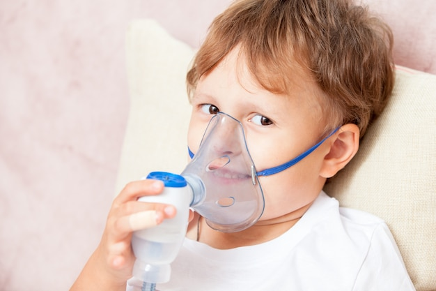 自宅でネブライザーで吸入をする少年