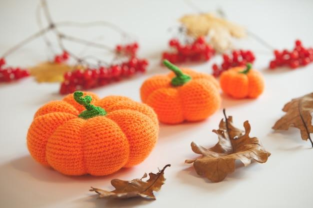 Вязаные тыквы и летучие мыши амигуруми на хэллоуин