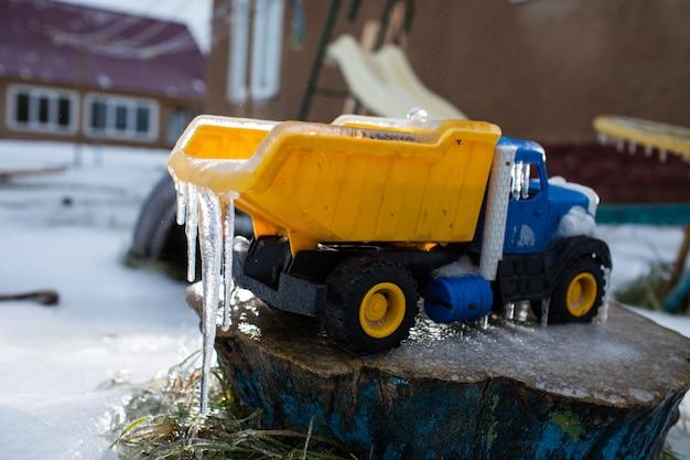 Машина покрыта льдом