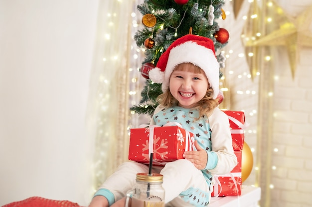Атмосфера рождественских праздников приносит счастье в дом. коробки подарков, перевязанные атласными лентами