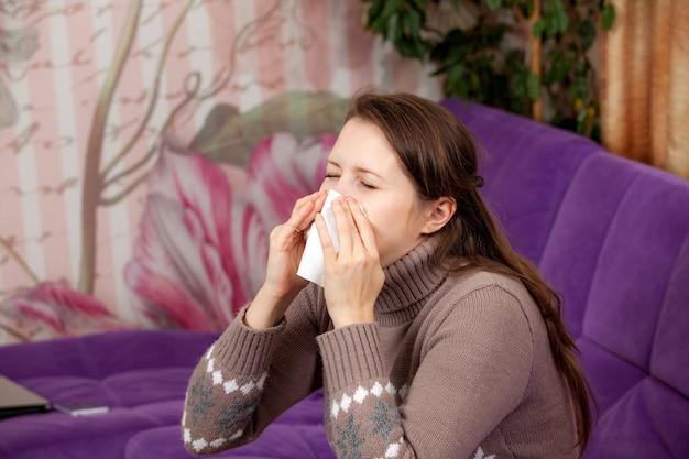 У женщины простуда. носовой платок