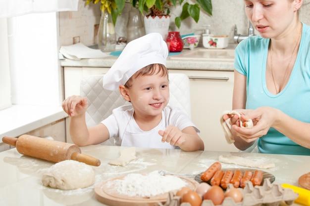 小麦粉で生地をこねる赤ちゃん