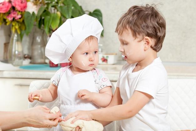 Ребенок замесить тесто в муке