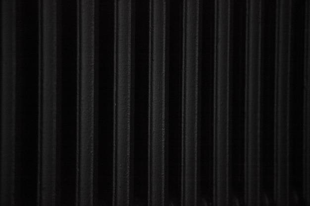 Темный фон батареи окрашен в черный цвет