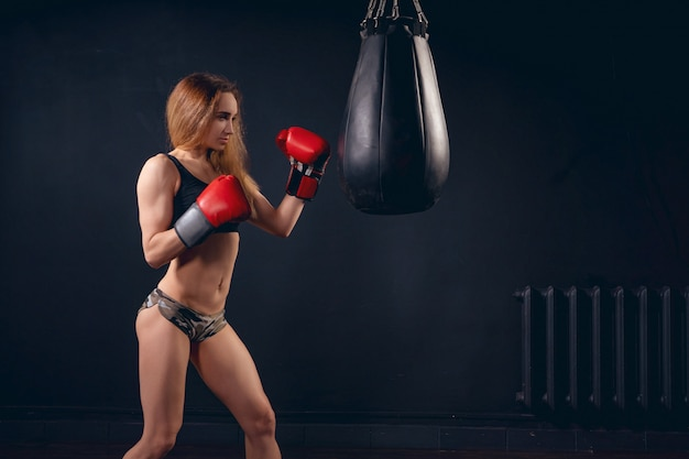 ボクサー女性の戦いの準備ができて