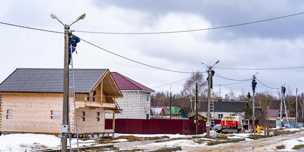 Несколько электрика делают монтаж электрических сетей