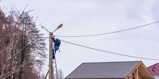 Электрик делает монтаж электрической сети