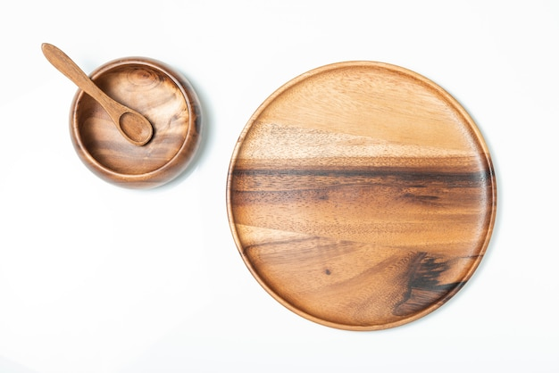 Пустой деревянный шар, ложка тарелка, вид сверху.
