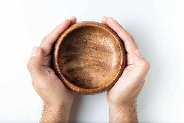 Пустой деревянный шар изолированный на белизне, взгляд сверху.