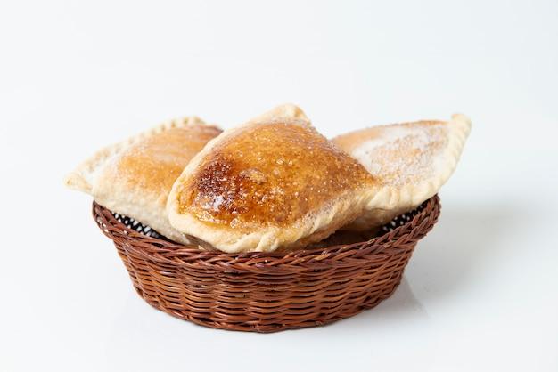 ペルーの伝統的なお菓子:「エンパナーダグロボ」。甘い甘い白い背景。