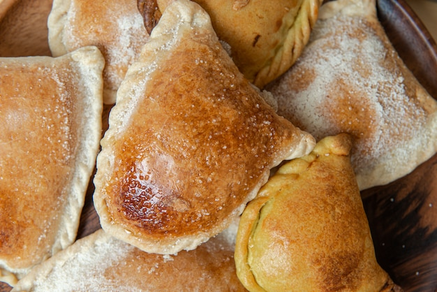 ペルーの伝統的なお菓子:「エンパナーダグロボ」。甘い甘い白い背景。トップビュー。ペルーの伝統的な甘い:「エンパナーダグロボ」。甘い甘い。上面図。