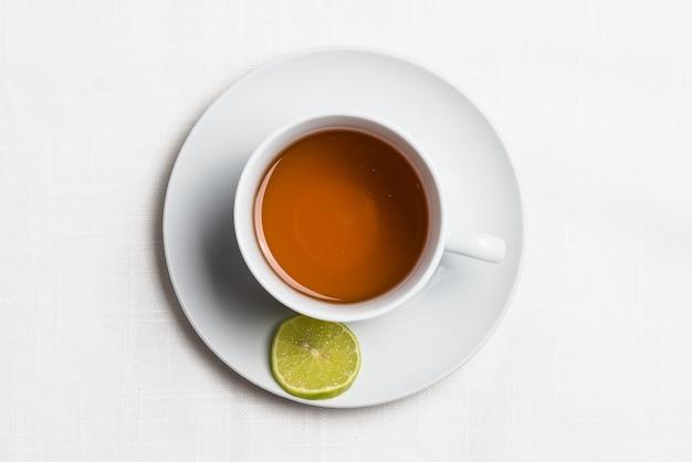 Горячий лимонный напиток с лимоном. вид сверху.