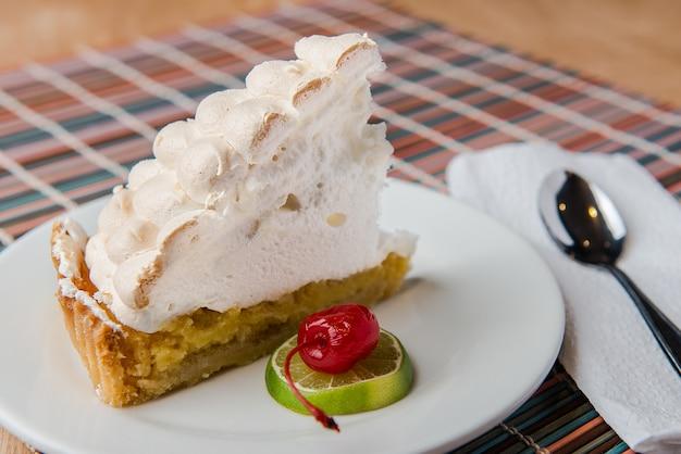 Лимонный пирог с фруктами и ложкой