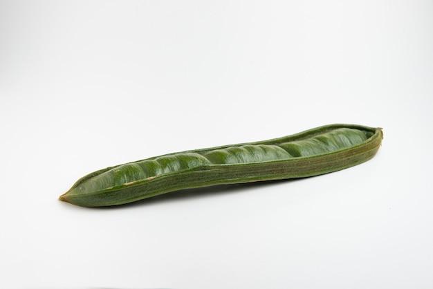 Гуаба или куаникиль, свежие южноамериканские фрукты на белом