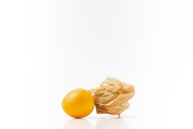 ホオズキ果実または白で隔離されるゴールデンベリー。ペルーの果物「アグアマント」