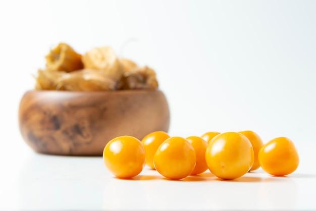 ゴールデンベリーは、白で隔離。ペルーの果物「アグアマント」