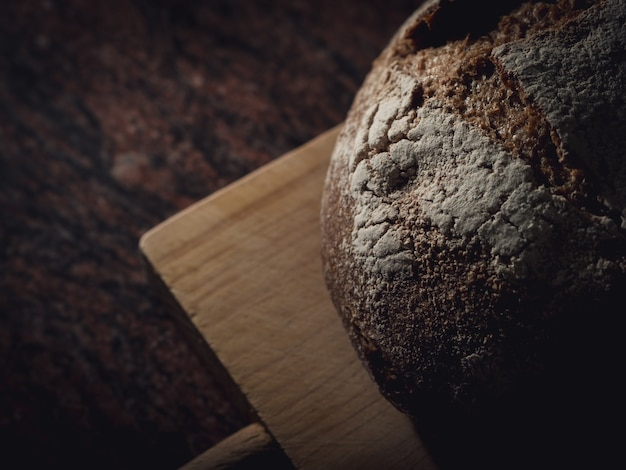 木の板に母パン。