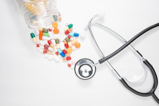 薬と聴診器、ヘルスケア、薬