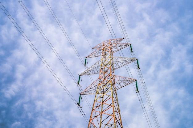 Красочные проволочные башни и провода под облачным небом