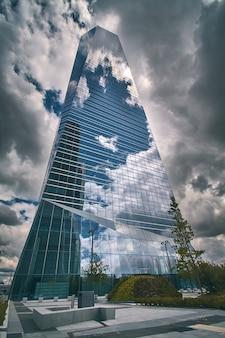 マドリードの高層ビルのビジネスセンターの低角度のビュー