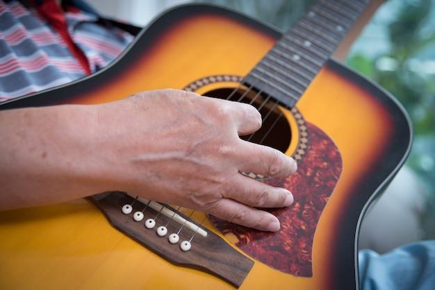 ギターを弾く老人。