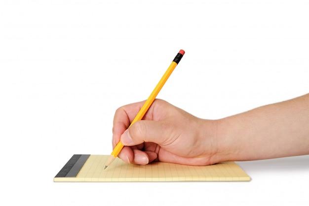 メモ紙に鉛筆を持っている男の手。