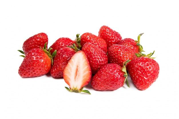 新鮮なイチゴのクローズアップショット。白で隔離。