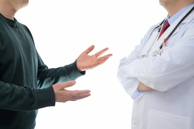 医師に抗議している患者。医療紛争の概念。