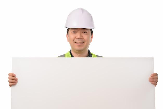 Азиатский инженер держа пустую доску для сообщений.