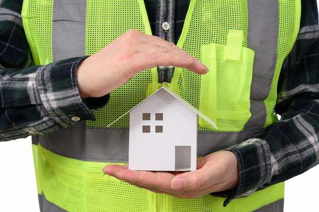 Инженер с моделью дома на руке. концепция недвижимости,