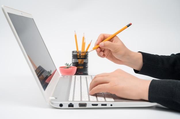 オンライン学習の概念。ラップトップコンピューターを使用してインターネットレッスンのコンセプト。