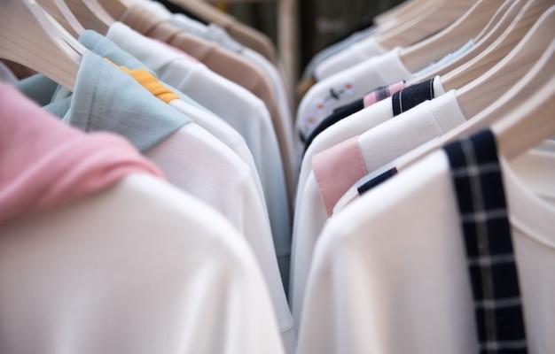 Одежда на вешалке в модном магазине.