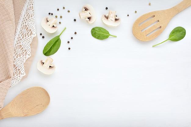 料理、料理、レシピのコンセプト。台所用品、タオル、マッシュルーム、ほうれん草、ピーマン。