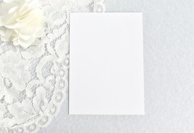 結婚式の招待状、グリーティングカード、白紙のメモ、白いひも。