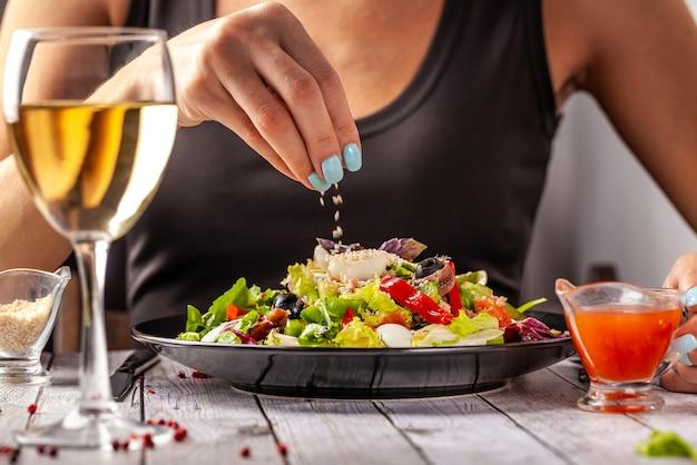Смешанный салат из рыбы и салата.